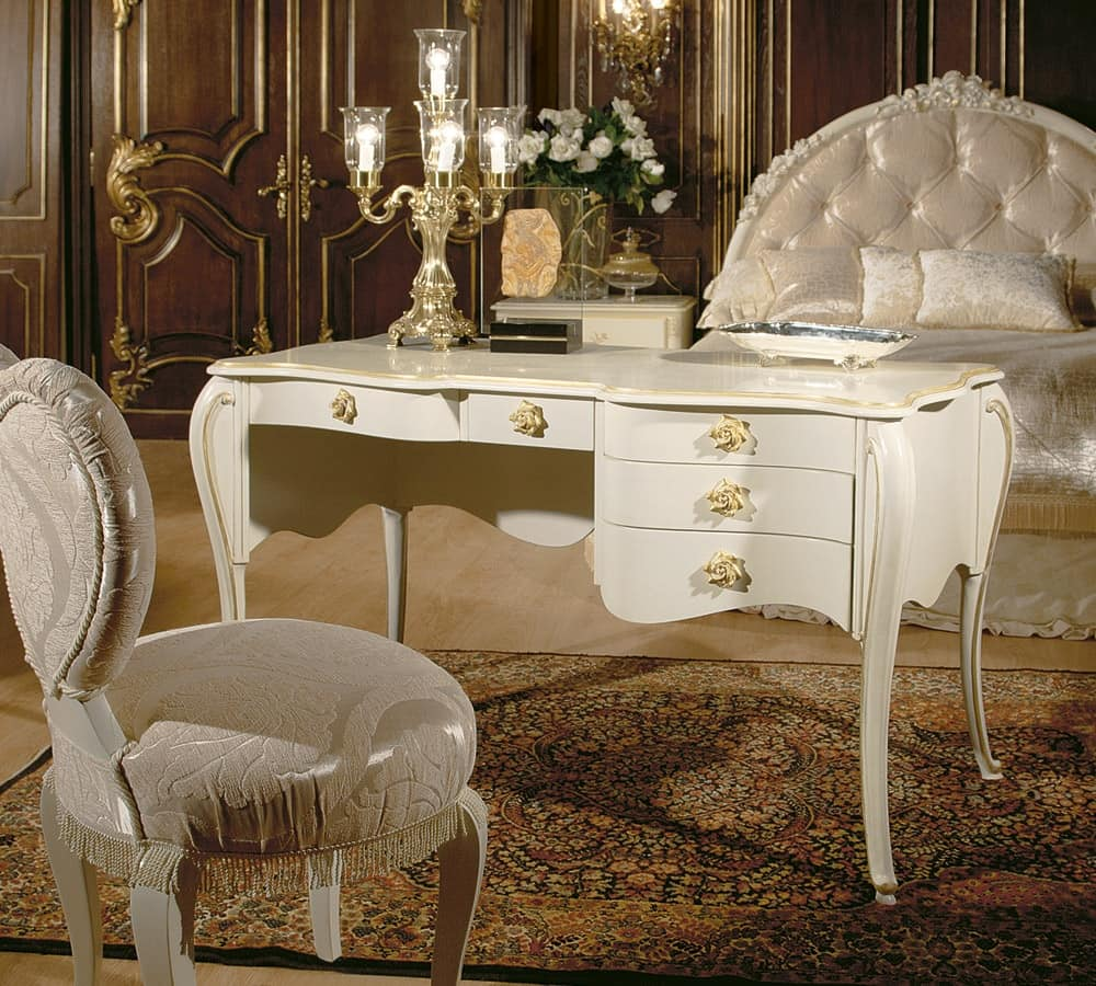 Scrivania di lusso in stile dec con finiture in oro for Design di bungalow di lusso
