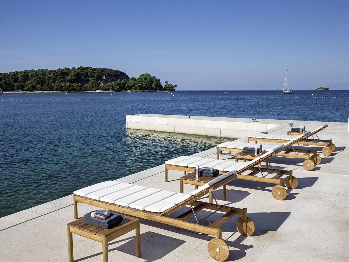 Lettini prendisole in legno teak con cuscini per piscine idfdesign - Lettini per piscina ...