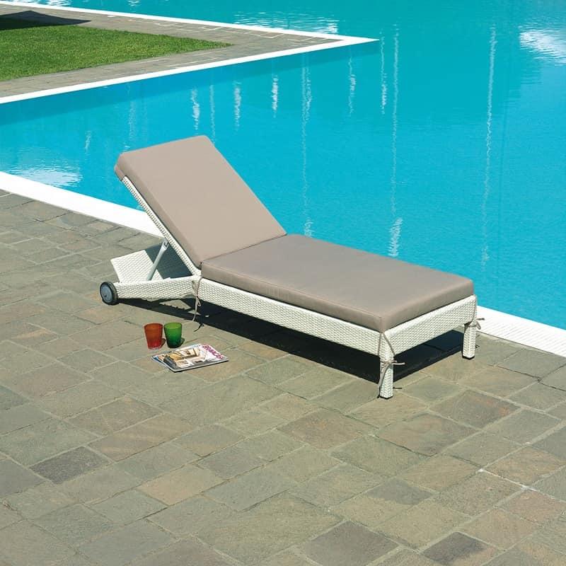Sdraio in alluminio rivestito di wicker con ruote idfdesign - Lettino piscina alluminio ...