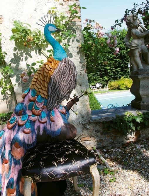 Paon Dorè, Sedia con seduta imbottita e schienale a forma di pavone