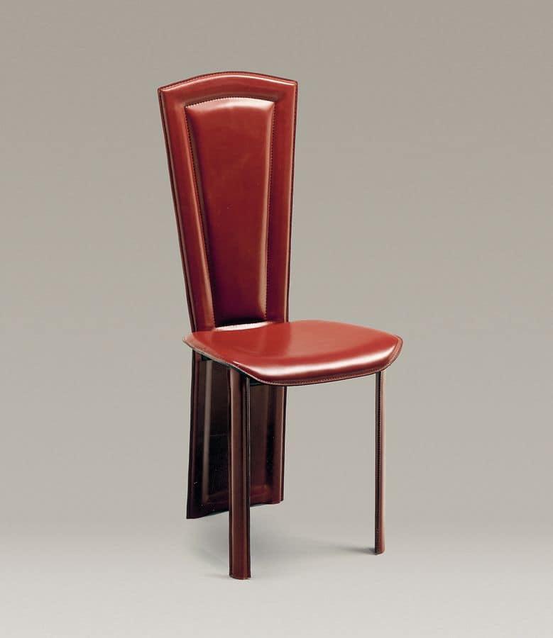 Lo schienale della sedia in cuoio è un tutt\'uno con le gambe ...