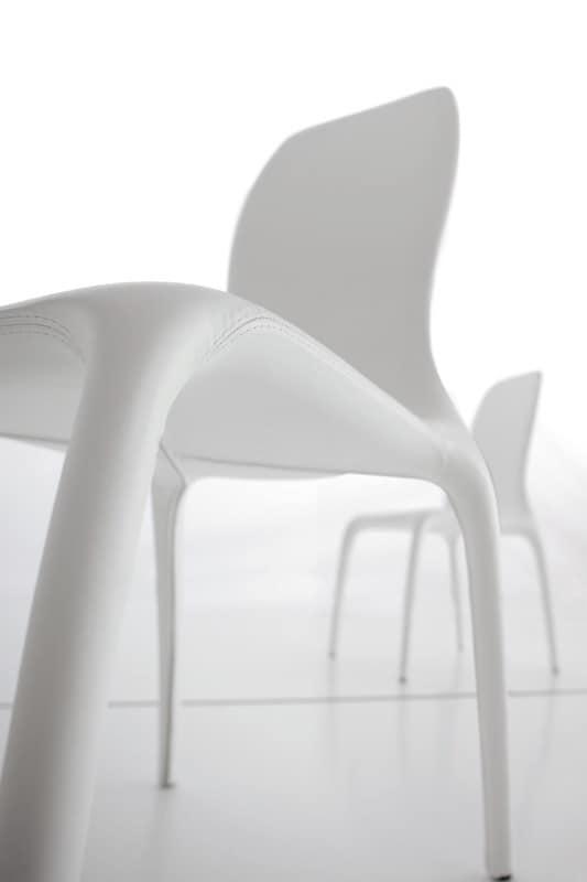 Sedia rivestita con design nuovo dalle linee morbide for Sedie design in pelle