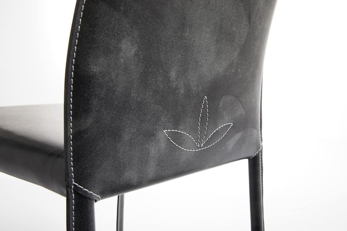 Sedia in acciaio rivestita completamente in cuoio idfdesign