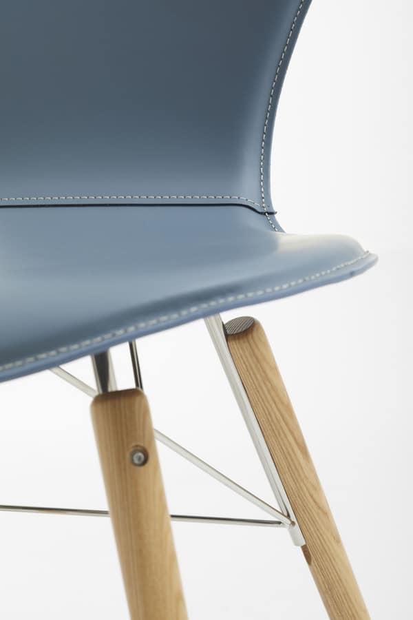 Sedia in cuoio acciaio e legno per uso domestico idfdesign for Sedie acciaio e legno