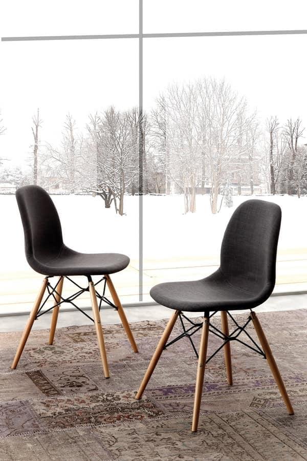 Sedia imbottita con gambe in legno di faggio naturale for Sedie design legno naturale