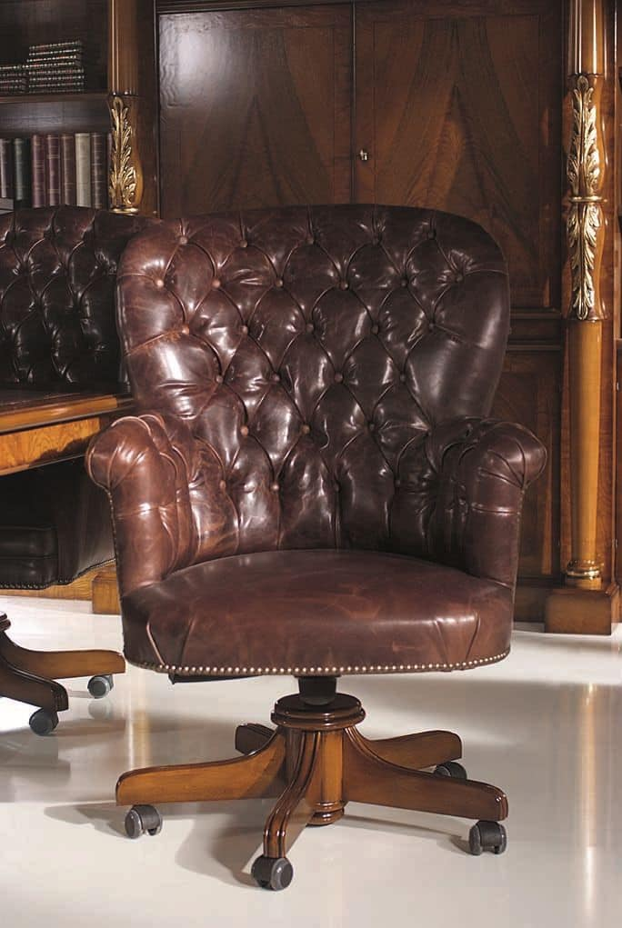 Poltrona classica di lusso, struttura in legno di faggio, base con ruote, seduta e schienale ...