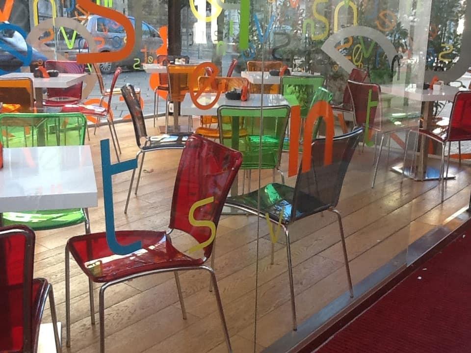 Sedie in policarbonato colorato impilabili per il for Sedie design policarbonato