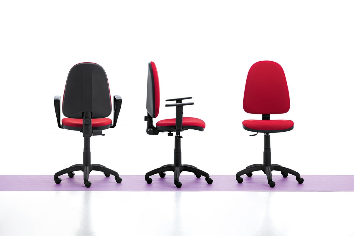 Sedia semplice per ufficio con braccioli e ruote idfdesign for Sedute da ufficio