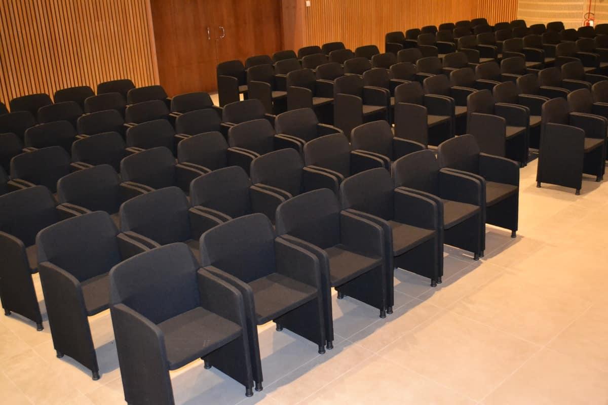 Sedia di dimensioni contenute per sale meeting idfdesign for Sedie per sala