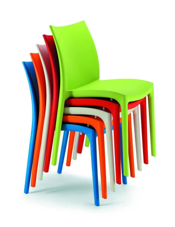Sedia impilabile in materiale plastico di vari colori for Sedie impilabili plastica