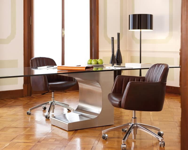 Sedia girevole per ufficio in pelle con ruote cromate idfdesign