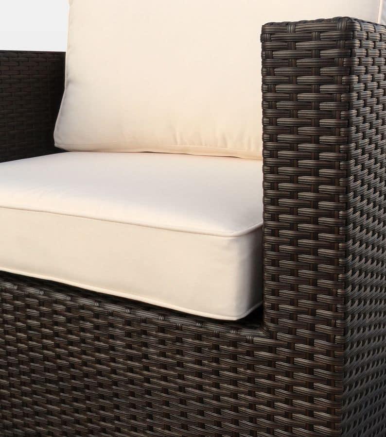 Set in rattan per esterni con poltrona e divano angolare for Poltrona rattan sintetico
