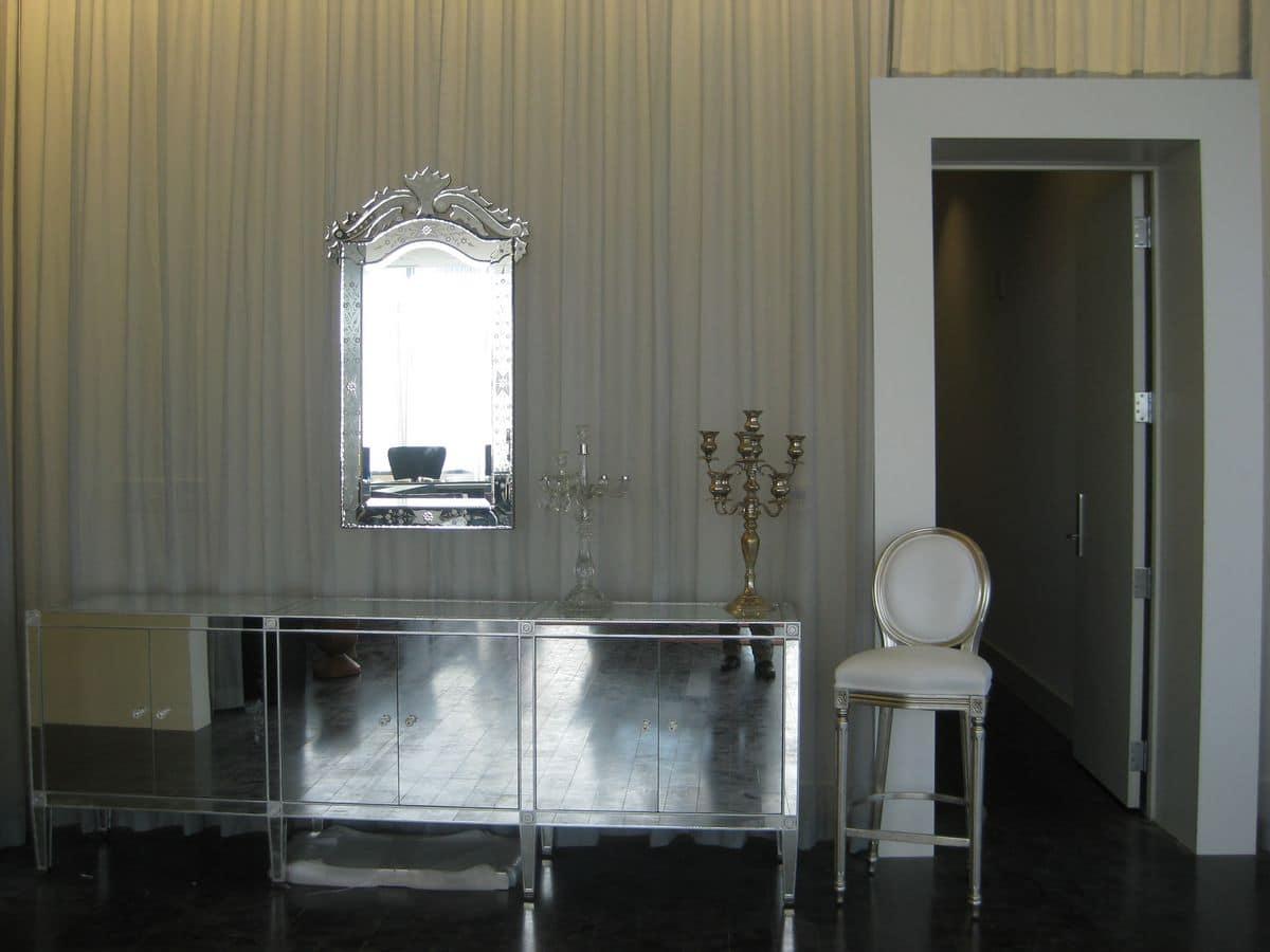 Sgabello classico con seduta e schienale imbottiti per alberghi