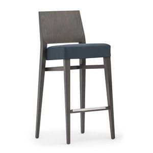 Timberly 01781, Sgabello impilabile con struttura in legno massiccio, seduta imbottita, copertura in tessuto, appoggiapiede in acciaio, per uso contract