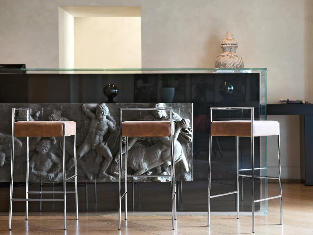 Sgabello moderno in metallo e cuoio dalle linee moderne for Prisma arredo negozi
