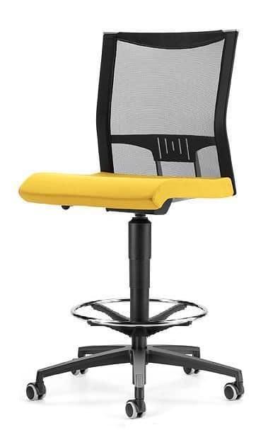Sgabello con ruote e schienale in rete per ufficio for Sgabelli per ufficio