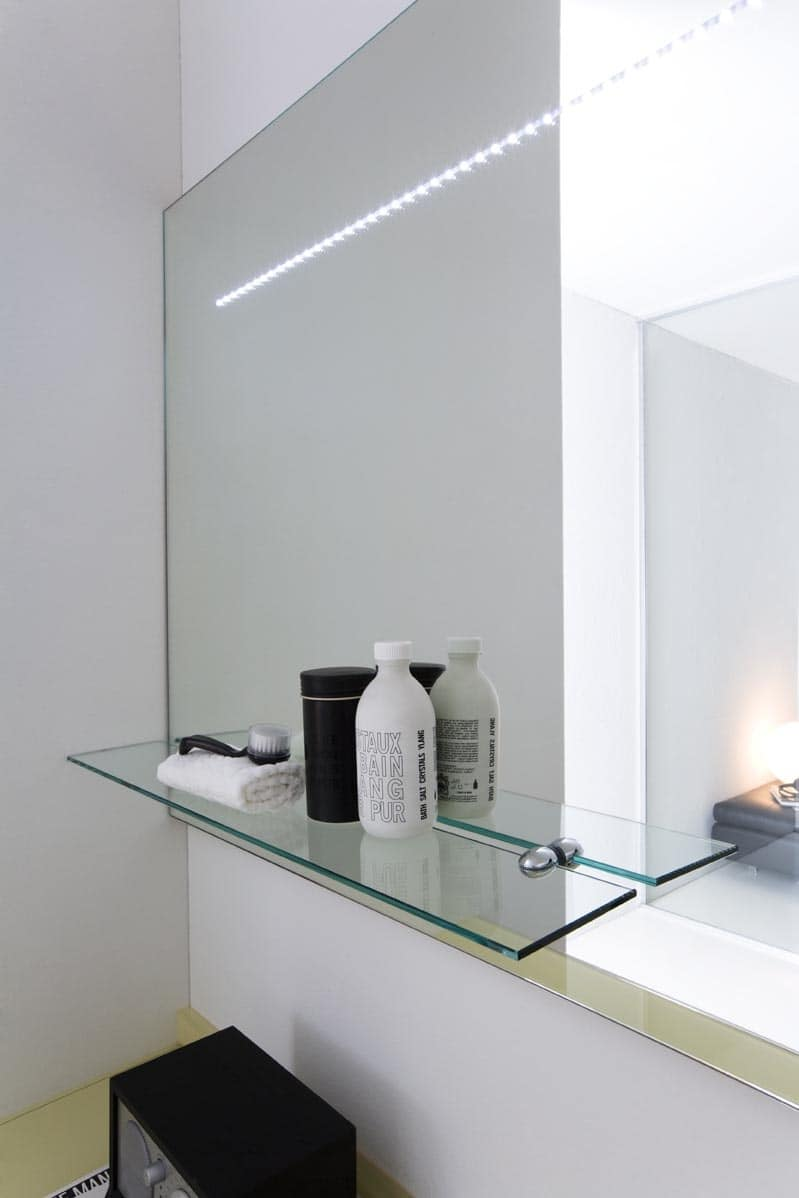 Specchiera da bagno con luce led idfdesign - Specchio led bagno ...
