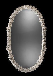 Art. 20462, Specchiera ovale, con intagli a motivo floreale
