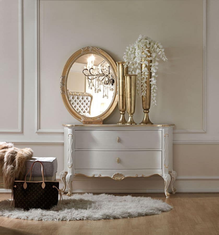 Specchio ovale con cornice in legno intagliato per l for Specchi di arredamento