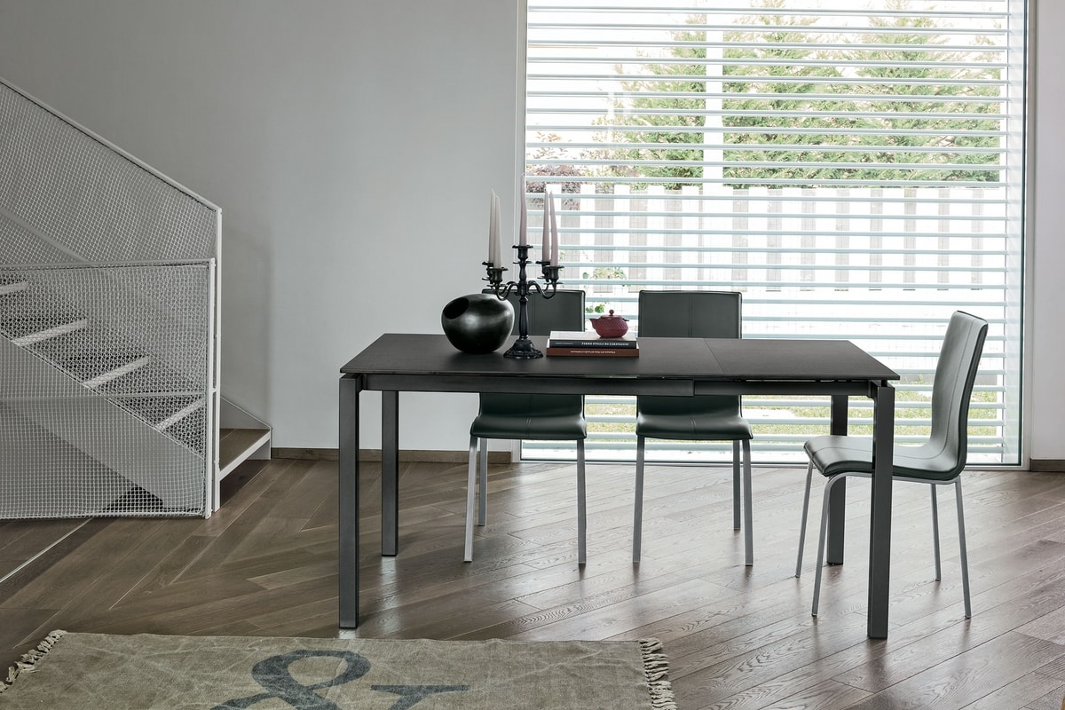 Tavolo in metallo con piano in vetro adatto per cucina moderna ...