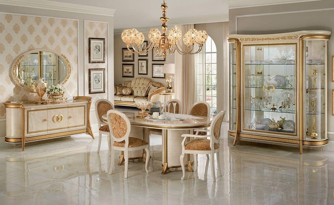 Sala da pranzo in stile con vetrine credenza tavolo e sedie idfdesign - Mobili tv classici ...