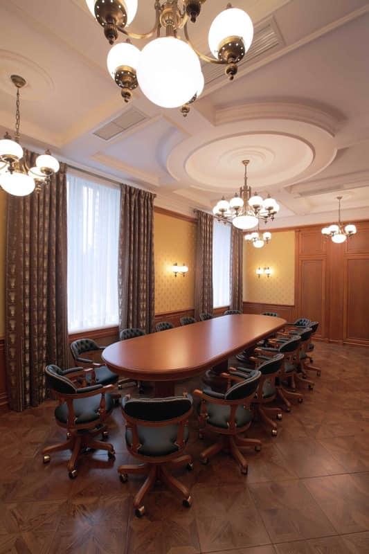 Tavolo ovale con decori preziosi per uffici classici for Tavolo ovale ufficio