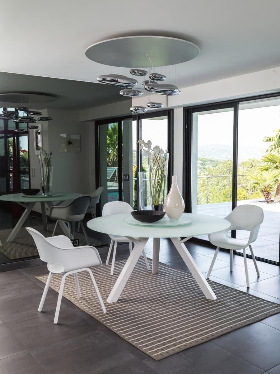 Tavolo da pranzo tondo con piano in vetro idfdesign - Altezza tavoli da pranzo ...