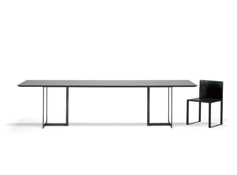 Tavolo dal design minimale in metallo e cristallo per la for Tavolo cristallo rotondo design