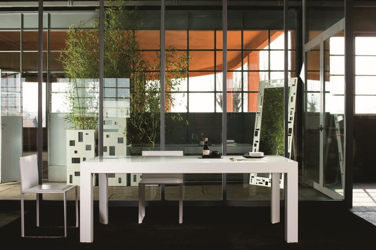 Riccardo, Tavolo con piano in cristallo retro laccato, base in metallo, allungabile