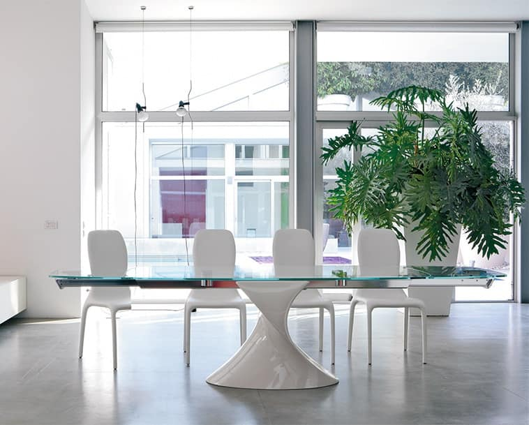 Tavolo con piano vetro base scultorea allungabile for Foto di sale da pranzo moderne
