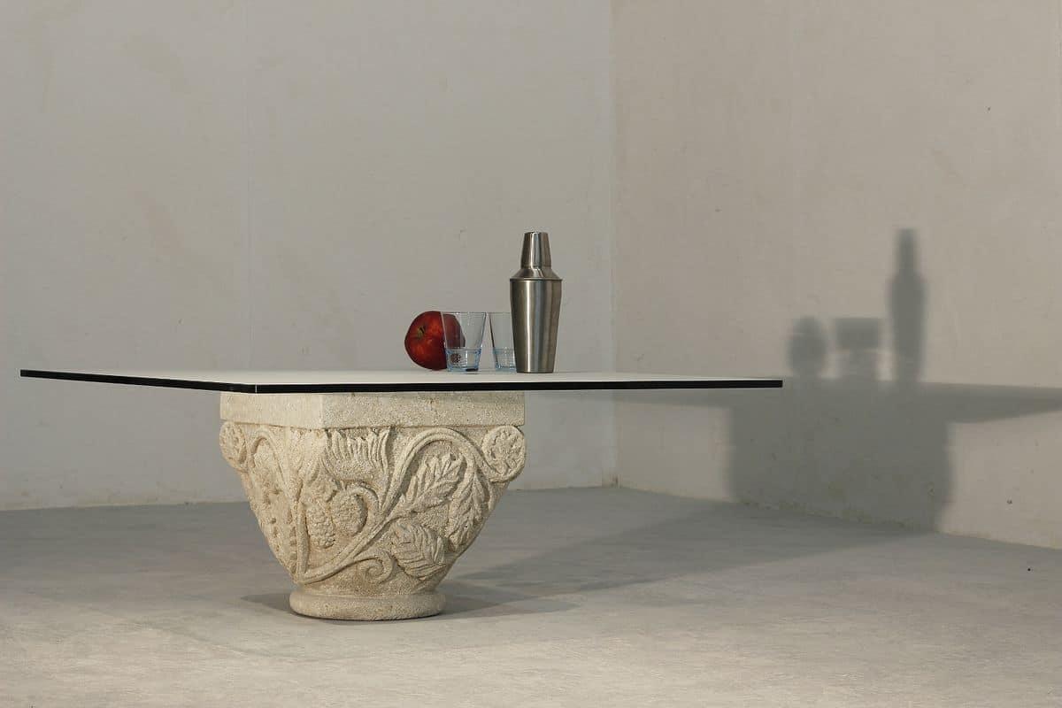 Tavolino con elegante basamento in pietra decorato for Tavolini vetro