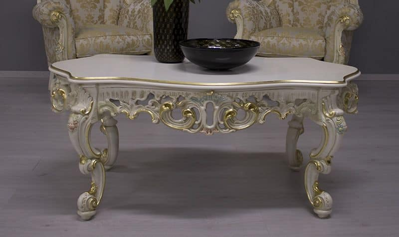 Finlandia Laccato Veneziano, Tavolino per salotti classici con struttura in legno intagliato