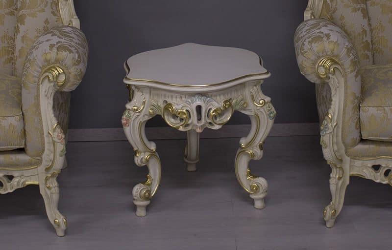 Finlandia Piccolo Laccato Veneziano, Tavolino laterale intagliato con finiture foglia oro