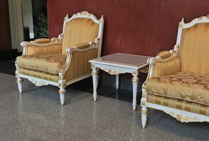 Impero tavolino portalampada, Tavolino preziosamente decorati da maestri artigiani