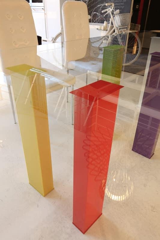 Tavolo elegante con gambe colorate per sala da pranzo for Tavolo in cristallo moderno