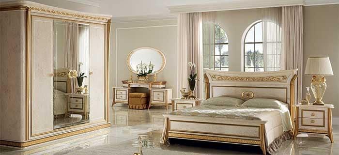 Toilette classica finiture in oro finemente lavorata per camere da letto di lusso idfdesign - Camere da letto classiche di lusso ...