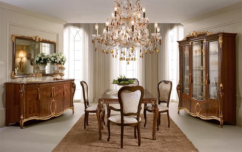 Vetrina con eleganti decorazioni dal classico gusto - Sale da pranzo stile classico ...