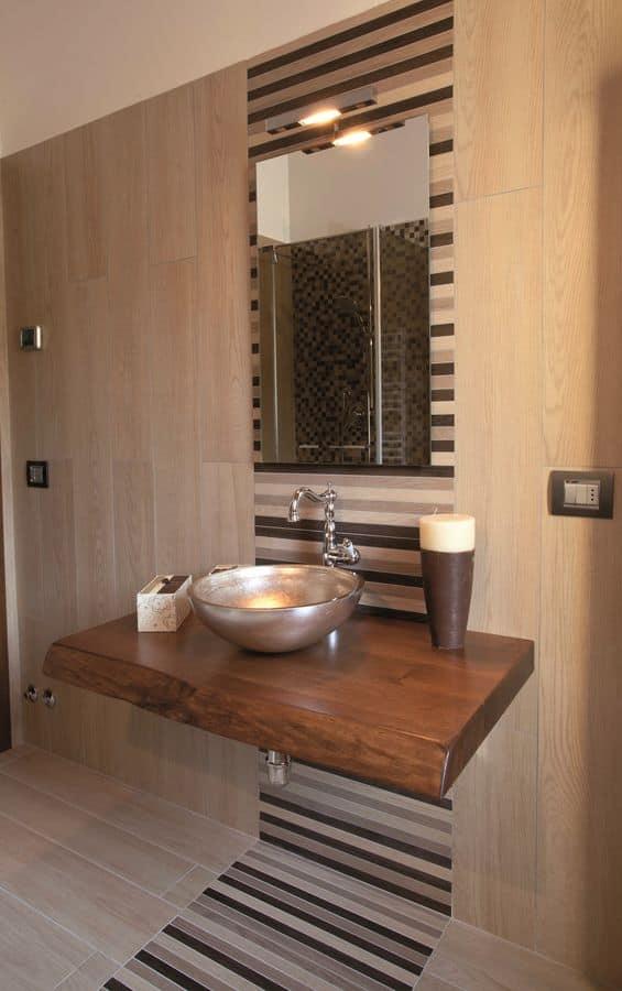 Arredo bagno in stile contemporaneo, con piano in castagno, con lavabo soprapiano in cristallo ...
