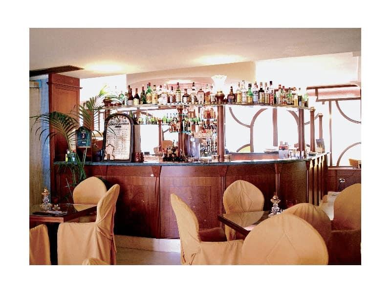 Regency Hotel 2, Bancone bar creato su misura, struttura in legno pregiato, piano in marmo