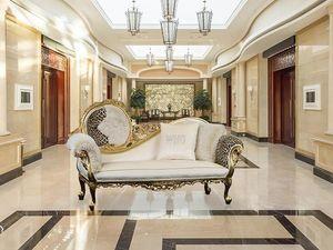 Monet animalier, Dormeuse di lusso in legno con finiture oro, stile barocco