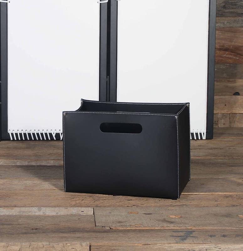 B-01, Borsa porta riviste in cuoio, base in legno con piedini