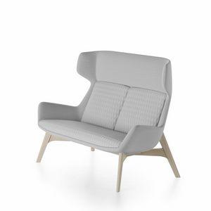 Magenta sofa, Divano con base in legno di frassino