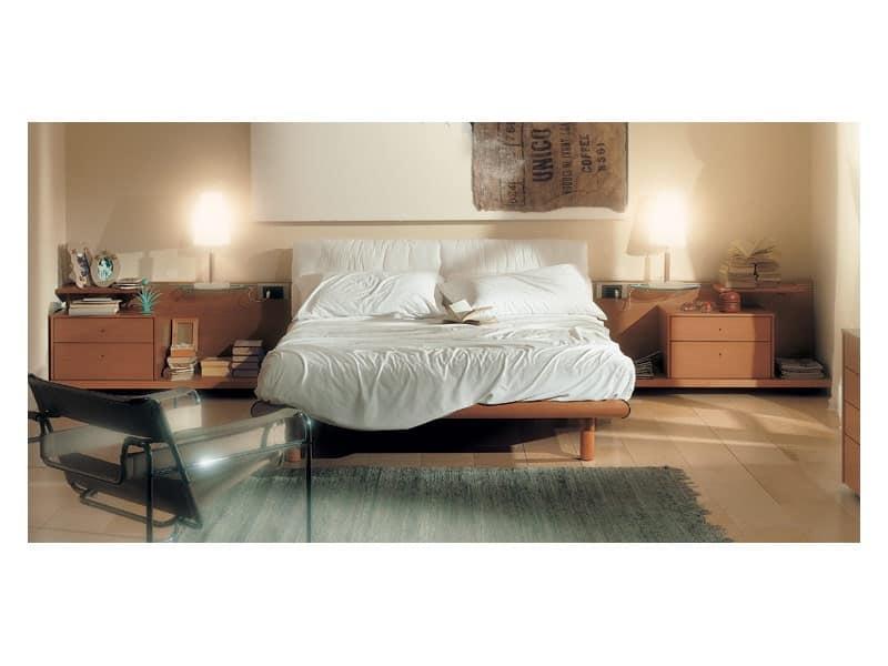 Camera 93, Letto con testata imbottita, struttura in legno finitura ciliegia, ripiani scorrevoli
