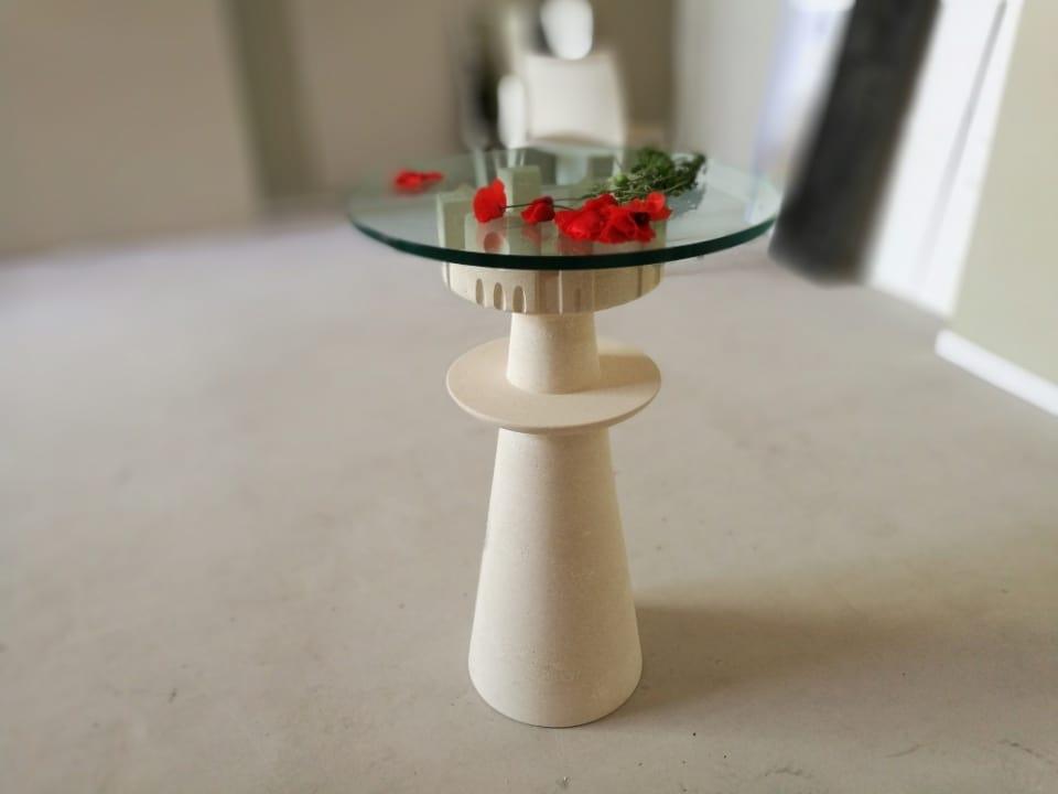 Agorà, Tavolo con piano in cristallo, base in pietra scolpita