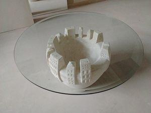 Gaia, Tavolino con base in pietra scolpita e decorata