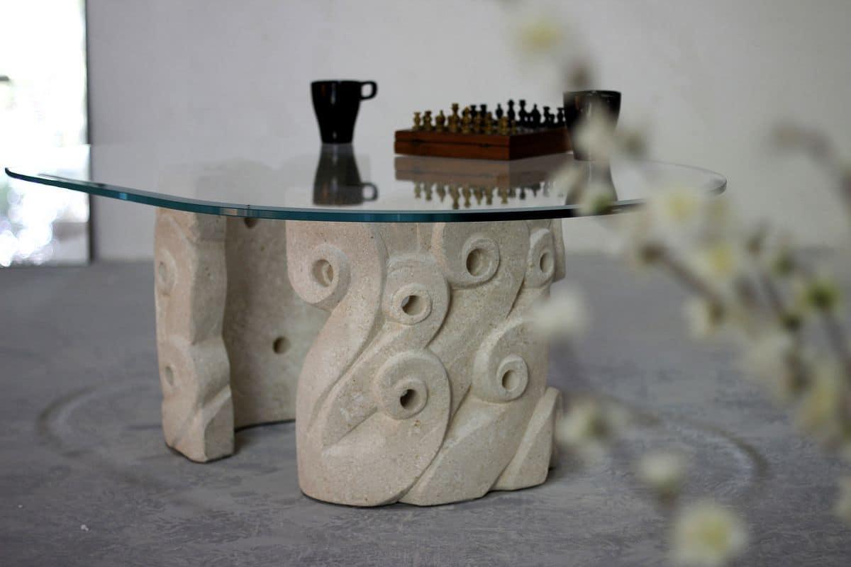 Levante, Tavolino da salotto, con base in pietra scolpita, piano ovale in cristallo